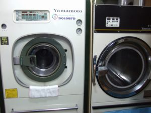 ドライクリーニングマシン(左)と乾燥機(右)
